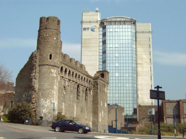 22. Уэльс, замок Суонси на фоне второго по высоте здания в городе Великолепный замок был построен в