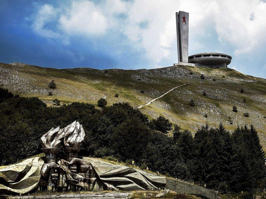 3. Место съезда коммунистической партии Болгарии (горная вершина Бузлуджа)