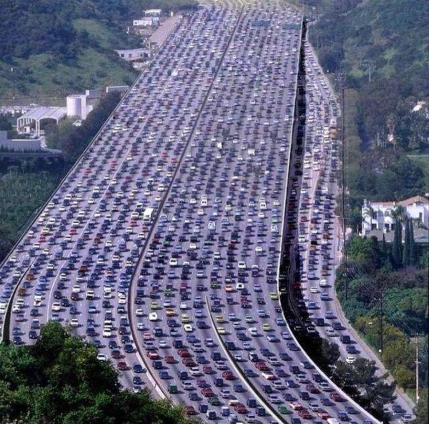 12. Самое тесное шоссе – King`s Highway 401 Каждый день по этому участку дороги, пролегающему между