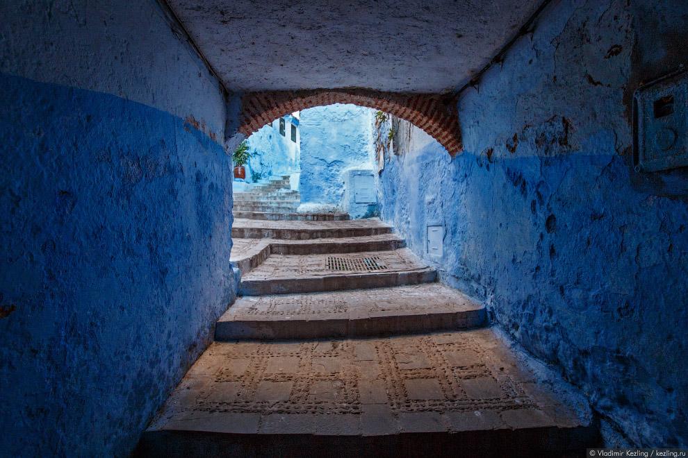 9. Здесь, в жилых кварталах — настоящее царство синевы. Можно изучать названия оттенков: голубо
