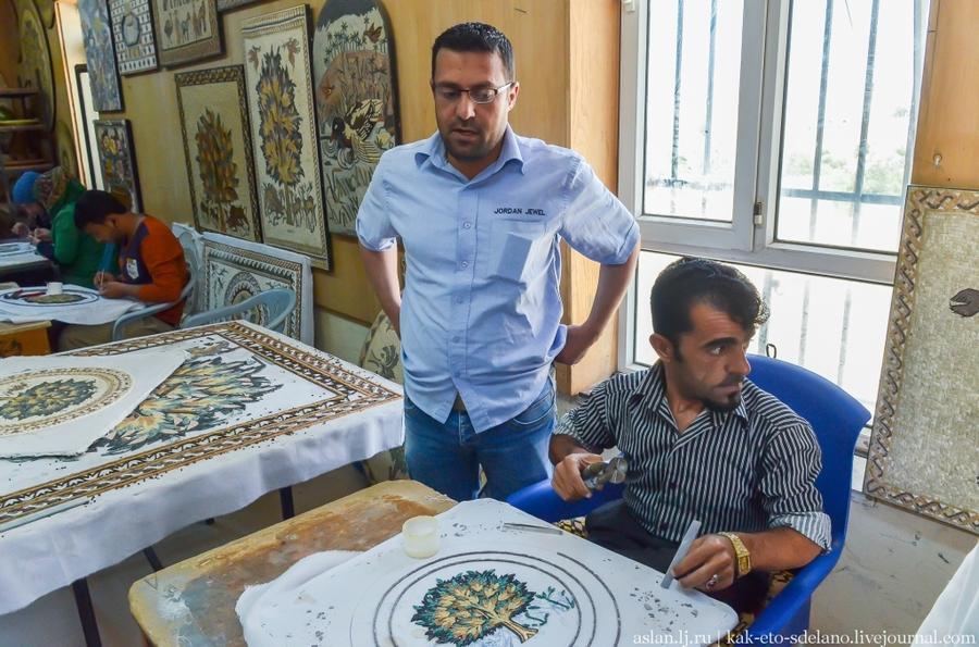 3. В мастерской работают как мужчины, так и женщины. На фото стоит управляющий мастерской Мухамед. О