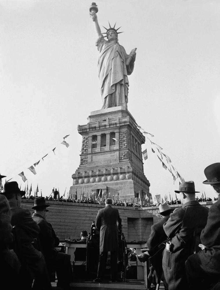 14. Президент Франклин Рузвельт выступает на праздновании 50-й годовщины установки статуи Свободы в