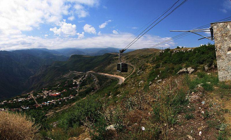 Первыми пассажирами канатки, протянувшейся на 5.7 км над ущельем реки Воротан, стали президент Армен