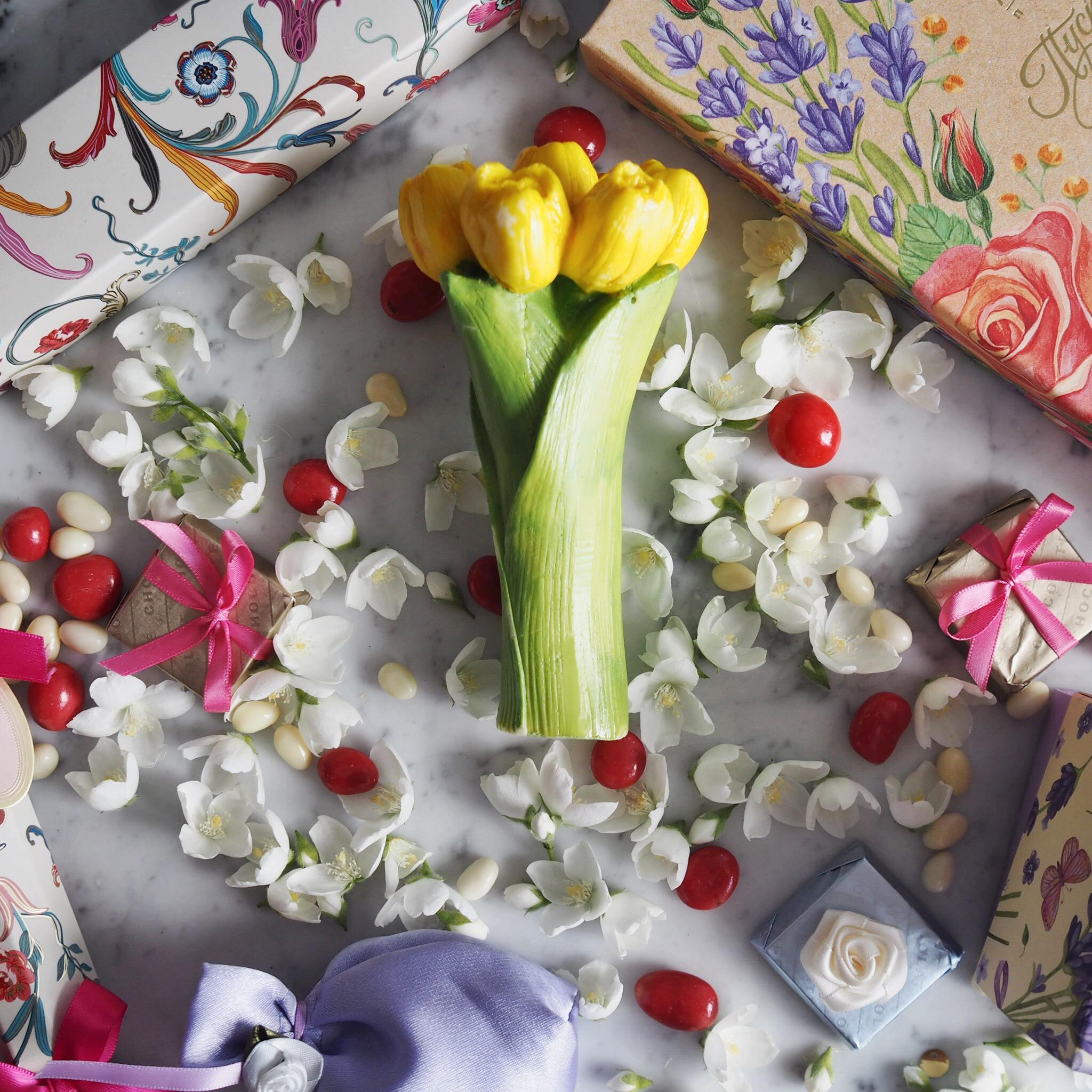 Все женщины созданы для того, чтобы им дарили цветы и шоколад Букет тюльпанов из белого шоколада — э
