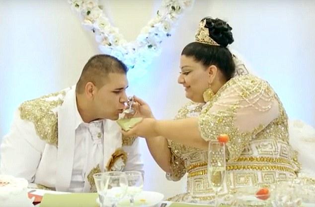Конечно, не обошлось и без милостей: какая же любящая невеста откажется покормить своего маленького