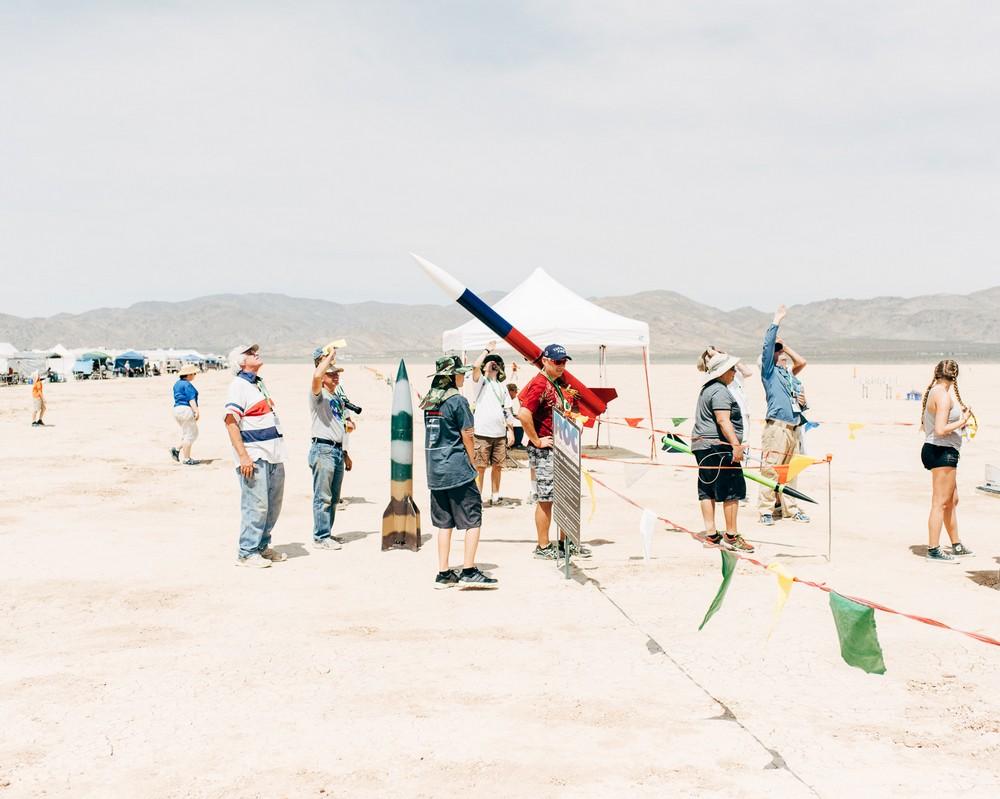 Это необычное и опасное развлечение особенно популярно в Калифорнии. В пустыне Мохаве, на месте высо