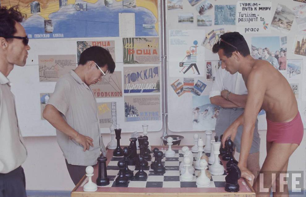 Популярные в то время шахматы.