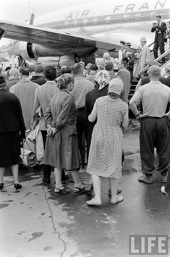 В 1959 году, за несколько лет до визита американского фотографа в СССР, москвичи встречали представи