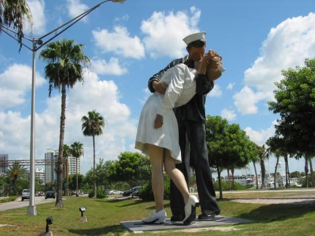 Не нужно стыдиться своих чувств  Видимо, так думали авторы 8-метровой скульптуры матроса, цел