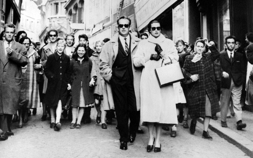 13 марта 1957 года. Князь и княгиня идут по улицам Лозанны. Пара приехала туда вскоре после рождения