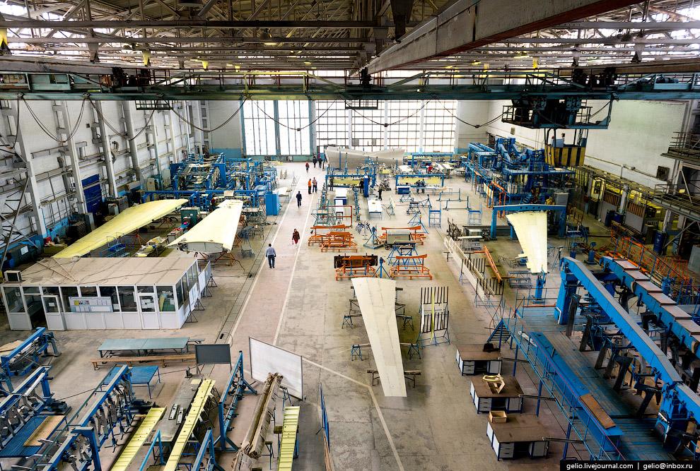 3. Сборка элементов механизации крыла самолёта-амфибии. Размах крыла Бе-200ЧС — около 33 метров