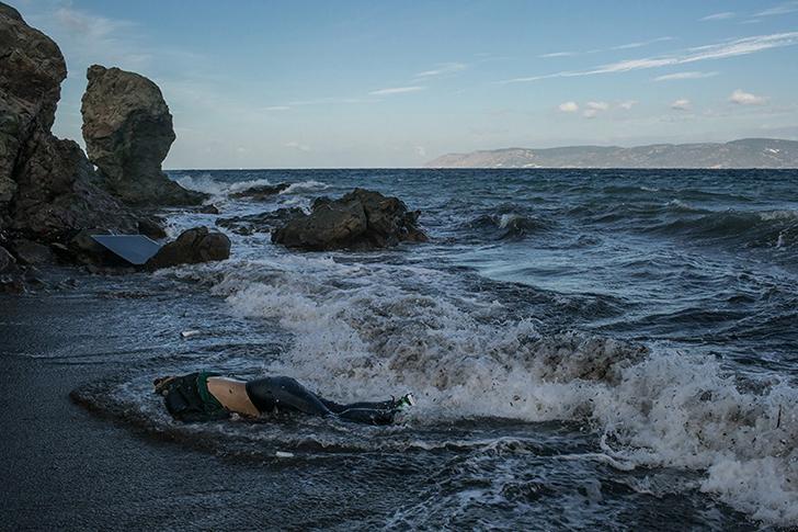 Тело беженца, пытавшегося пересечь Эгейское море из Турции, на острове Лесбос. В то утро были найден