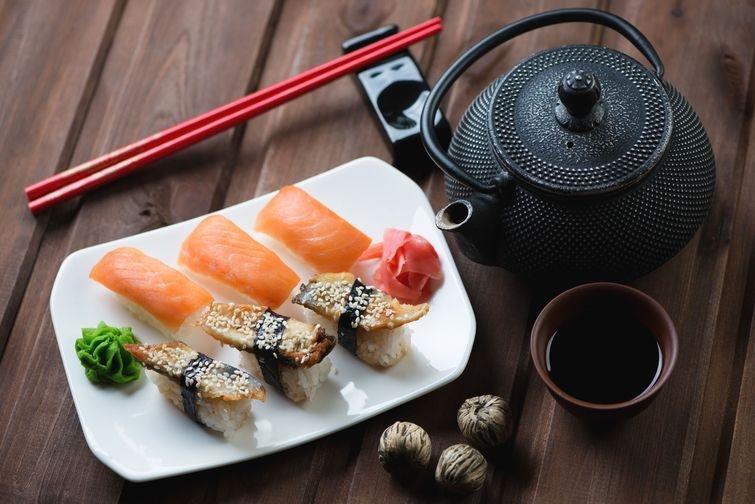 7. Чай и суши. Чай — один из традиционных напитков, которые подают к суши. И неслучайно. Он не тольк