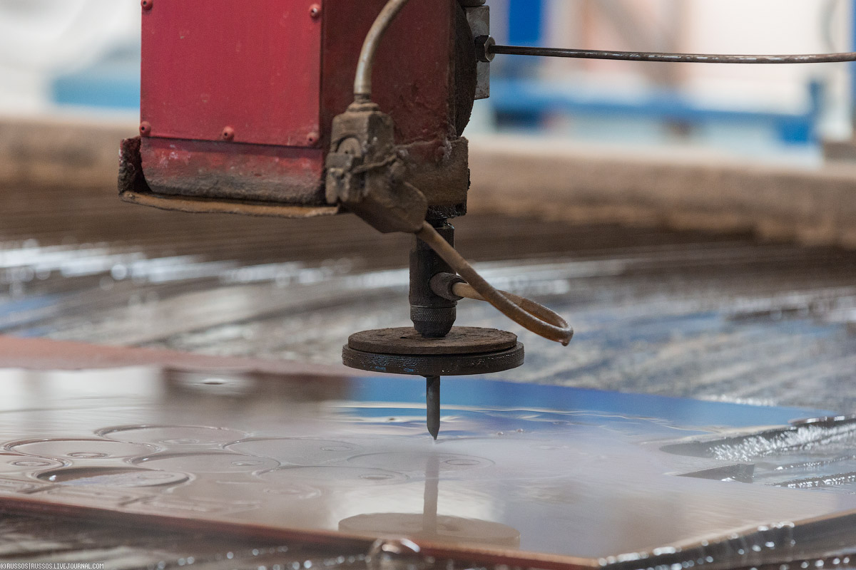 Здесь можно резать почти все что угодно с помощью 5-ти осевой режущей головки. Толщина материалов от