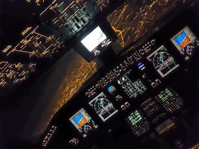 Ночной заход на посадку в Варшавском аэропорту имени Фредерика Шопена после полета из Женевы, Швейца