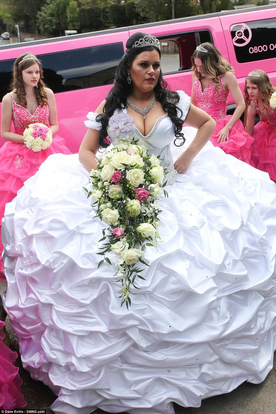 Британка вышла замуж в необъятном платье, которое весит 63 килограмма