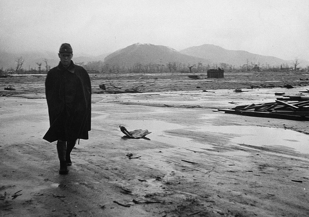 1. Японский солдат идет по пустынной местности в Хиросиме в сентябре 1945 года, всего через месяц по