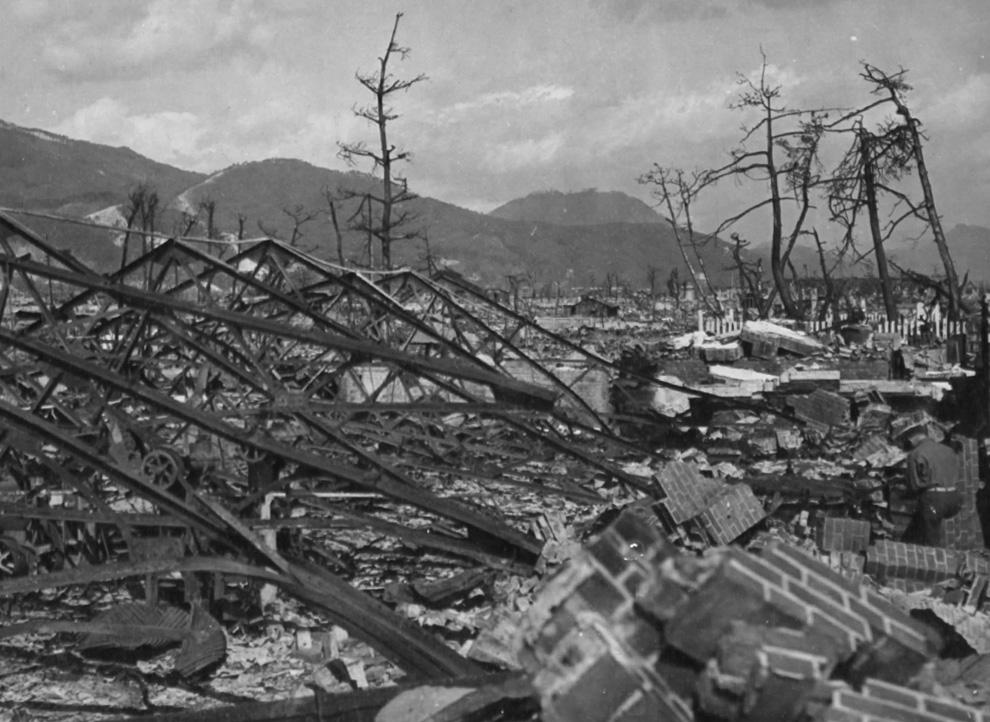 14. Взрыв разрушил завод Окита в Хиросиме, Япония. 7 ноября 1945 года. (U.S. National Archives)