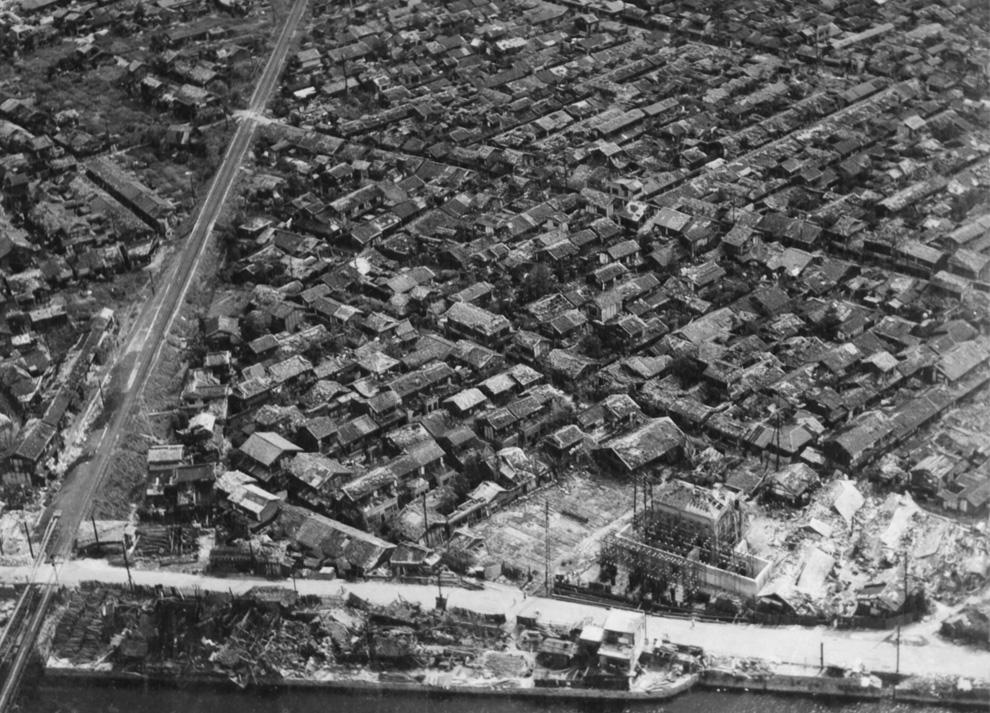 17. Густонаселенный район Хиросимы спустя недели после взрыва на краю сильно пострадавшего района (о