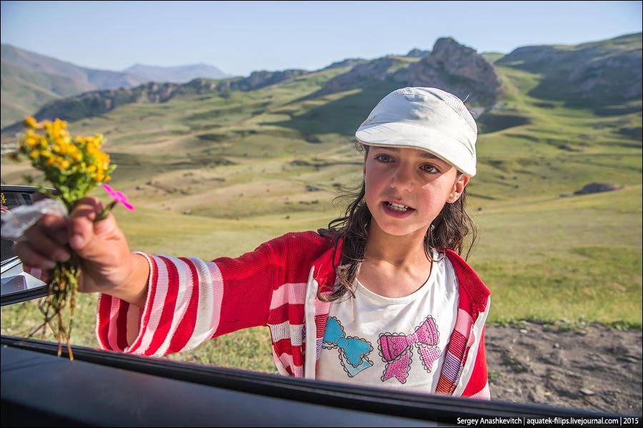 8. Эта девочка продает на той же дороге букетики полевых цветов