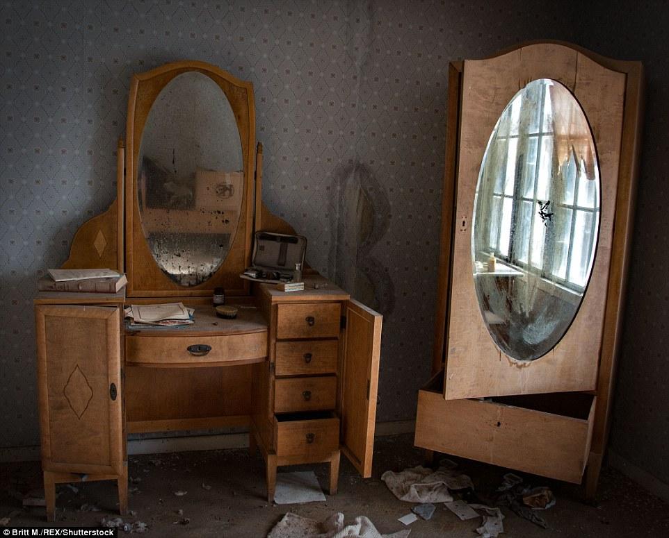 Наверху в том же доме в одной из комнат целую вечность стояли туалетный столик и шкаф. Если бы это б
