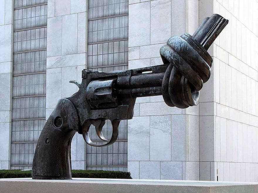 7. Скульптура «Нет насилию» (также известная как «Завязанный узлом пистолет»), Нью-Йорк, США Была со