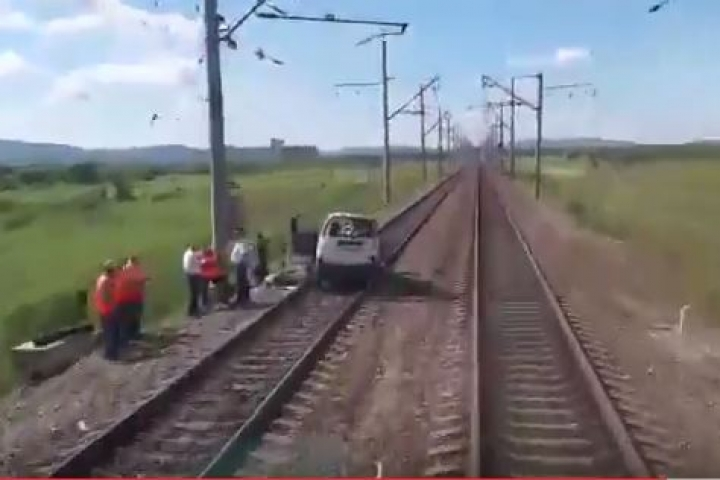 ВПриморье товарный поезд протаранил выехавший нарельсы микроавтобус