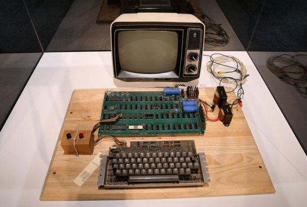 Наблаготворительном аукционе CharityBuzz выставили компьютер Apple-1