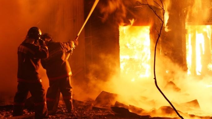 Число пропавших впроцессе тушения склада в столице России пожарных возросло до 8-ми