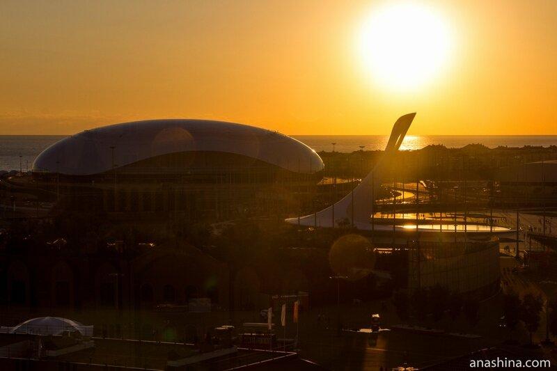 "Ледовый дворец ""Большой"" и Чаша олимпийского огня, Олимпийский парк, Сочи"