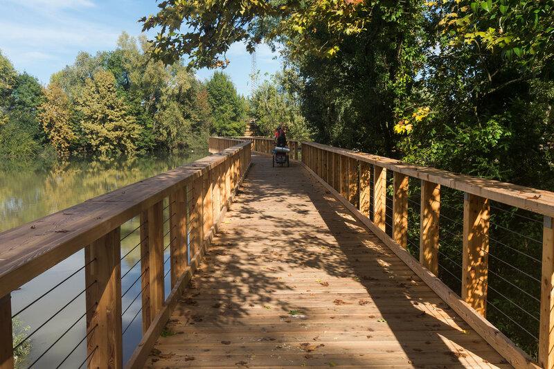 Деревянная велодорожка вдоль реки Силе (fiume sile) в тревизо
