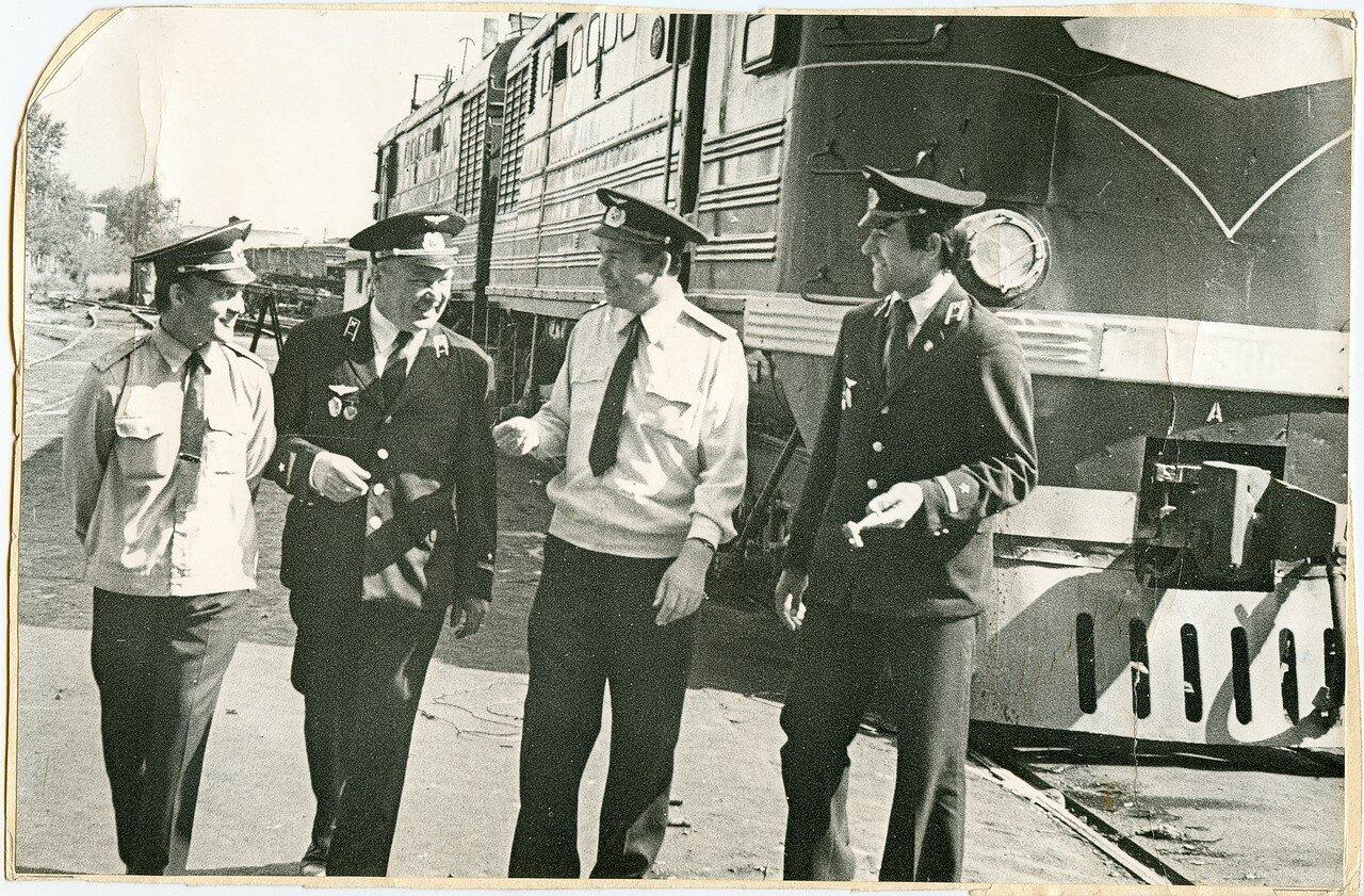 1970-е. Машинисты депо Челябинск у тепловоза ТЭ3-5066 (5065)