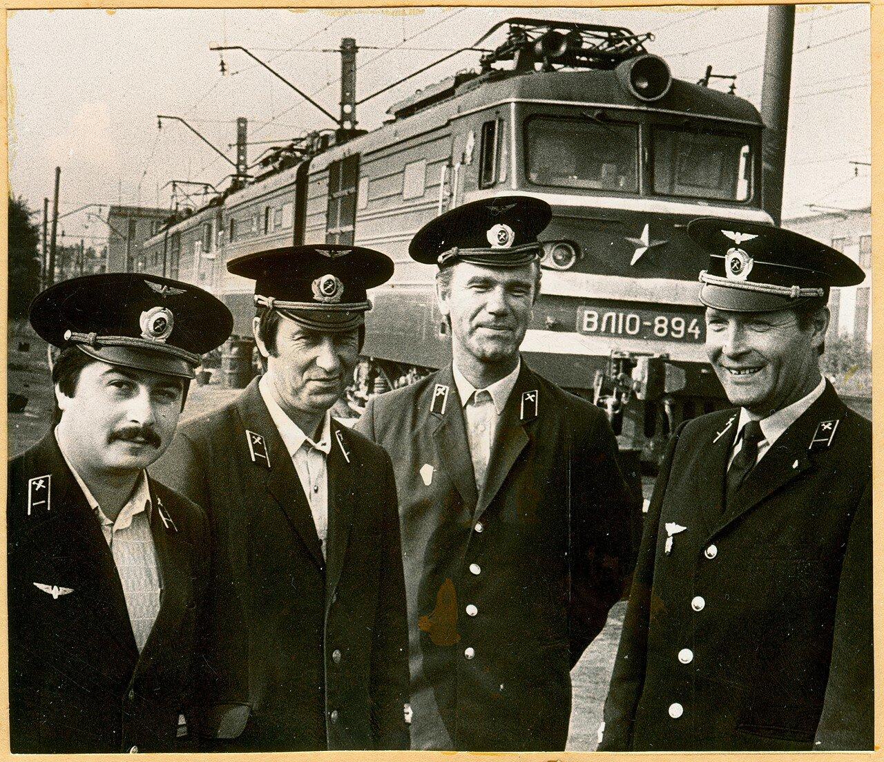 1970-е. Машинисты депо Челябинск у электровоза ВЛ10-894