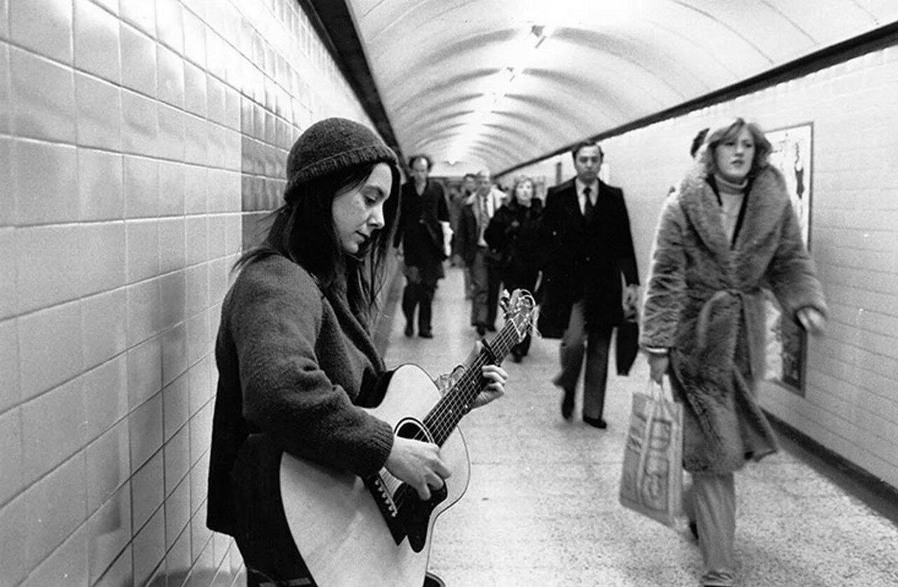 1979. Молодая женщина играет в туннеле на станции «Бонд-стрит», февраль