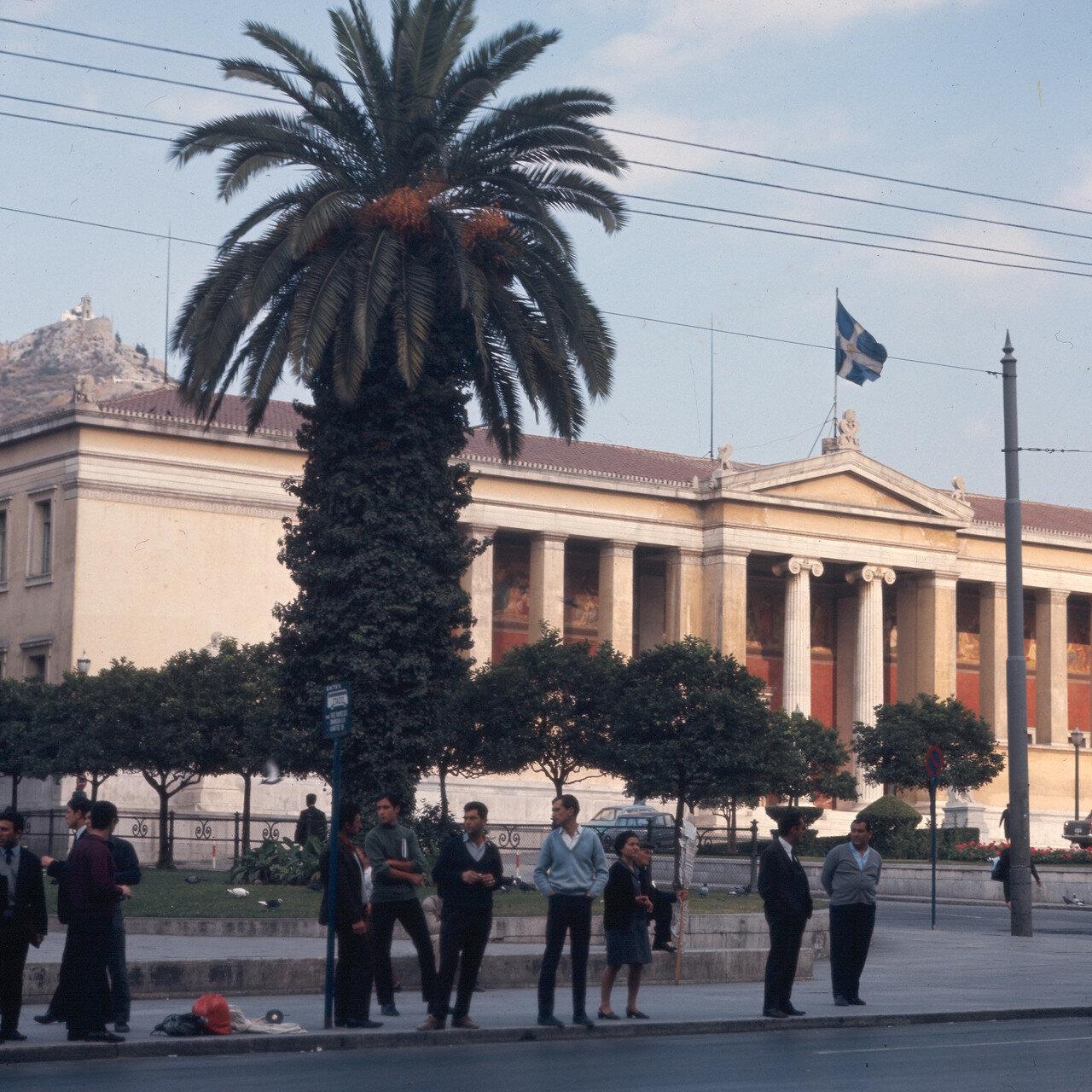 Афинский университет, на заднем плане Ликавит