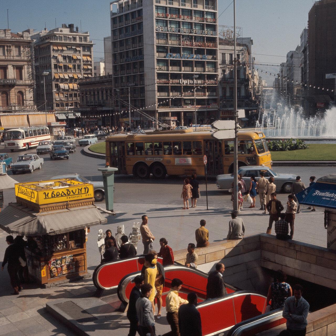 Площадь Омония. Эскалатор на станции метро