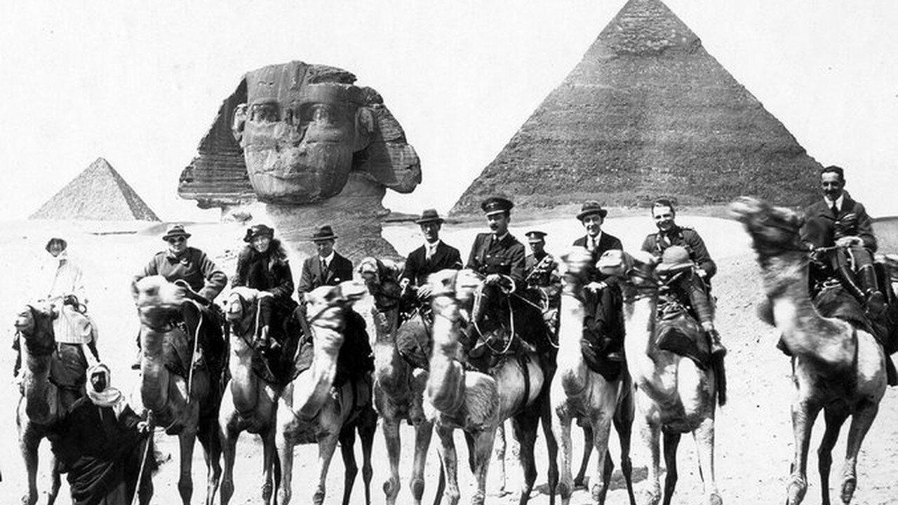 1921. Уинстон Черчиль и писательница Гертруда Белл в Египте