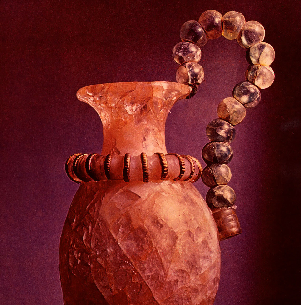 39. Археологический музей Ираклиона. Сосуд, выполненный из горного хрусталя
