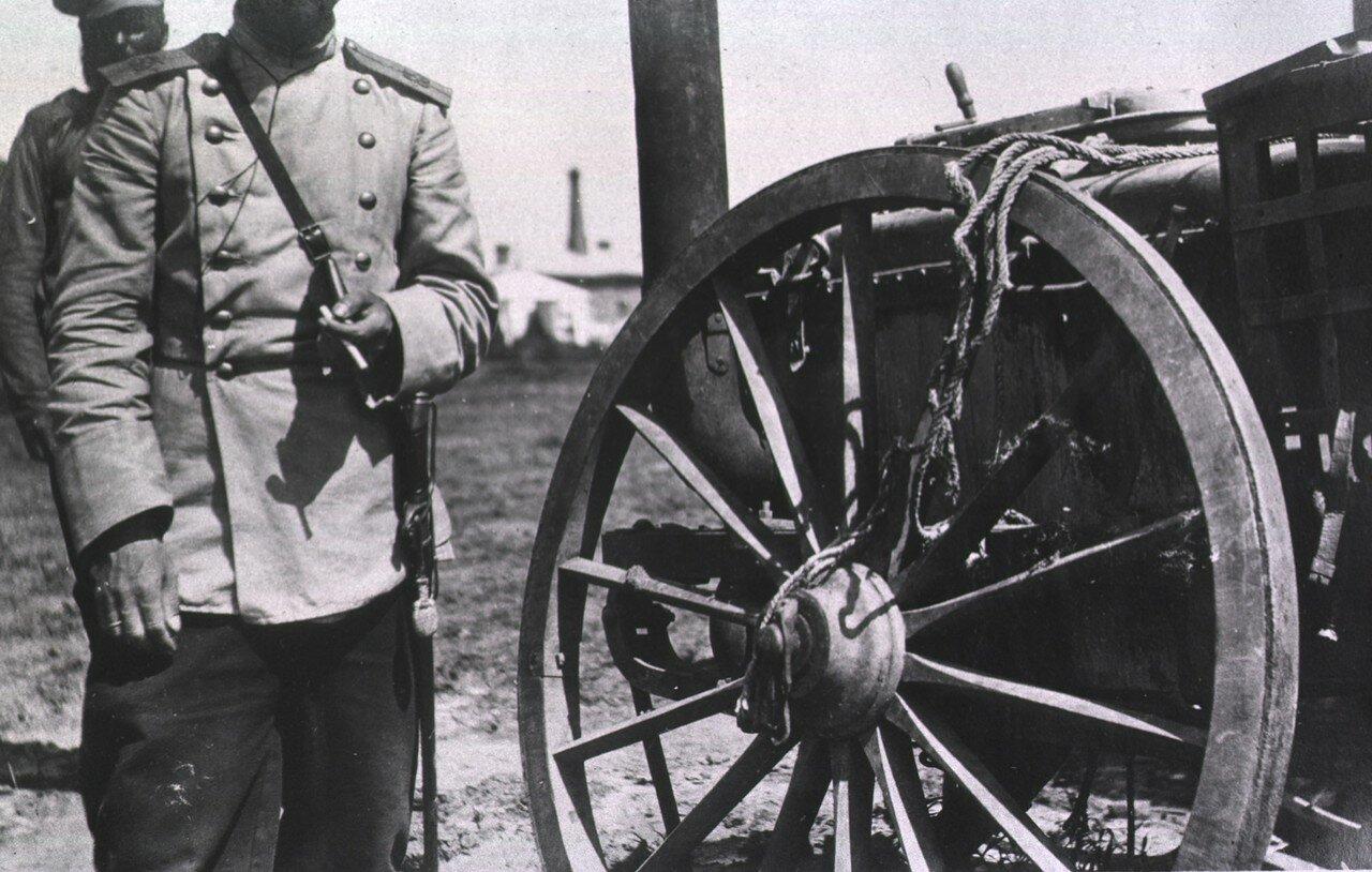 Два солдата возле старого дилижанса в Харбине