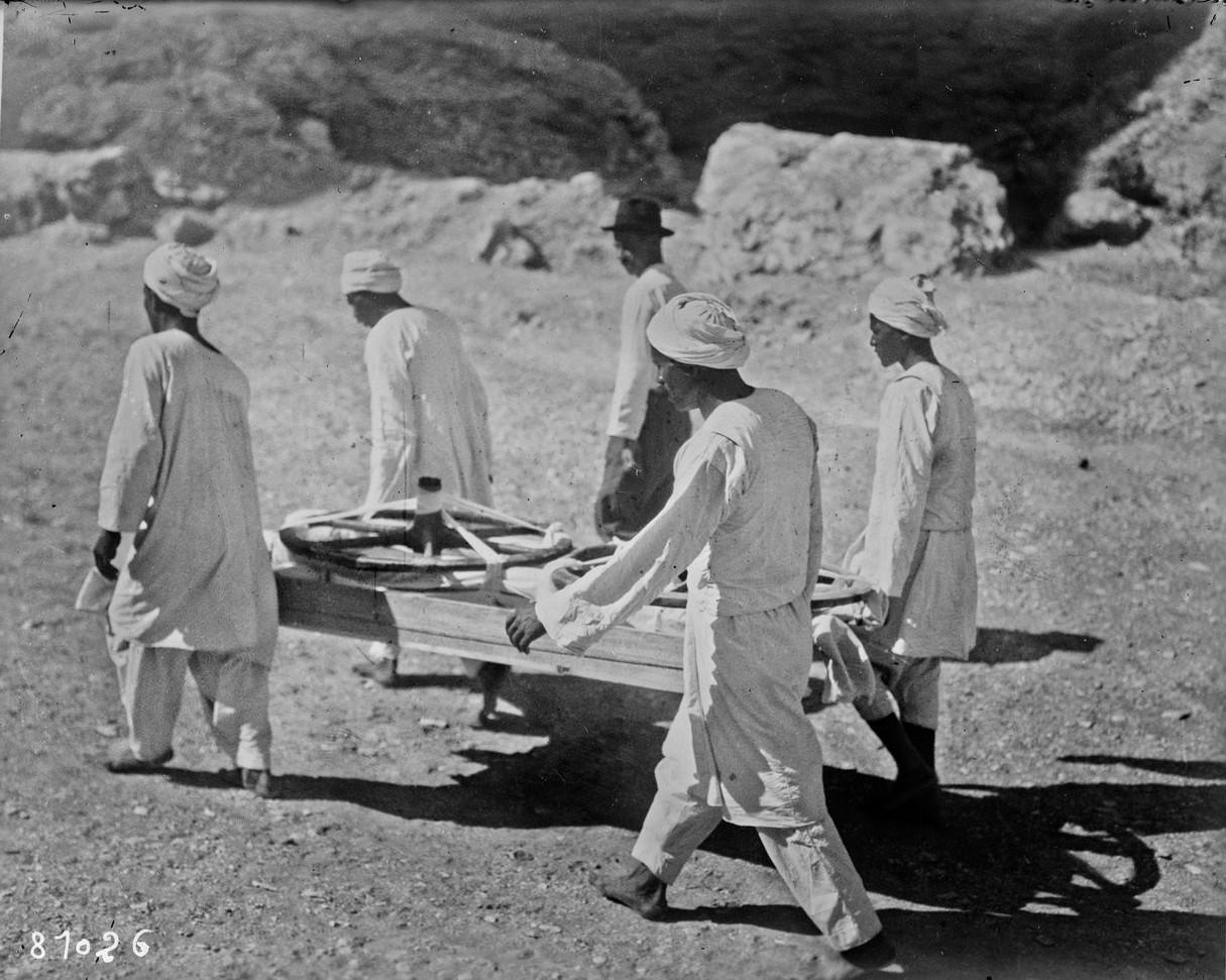 Колеса колесницы фараона выносят из гробницы
