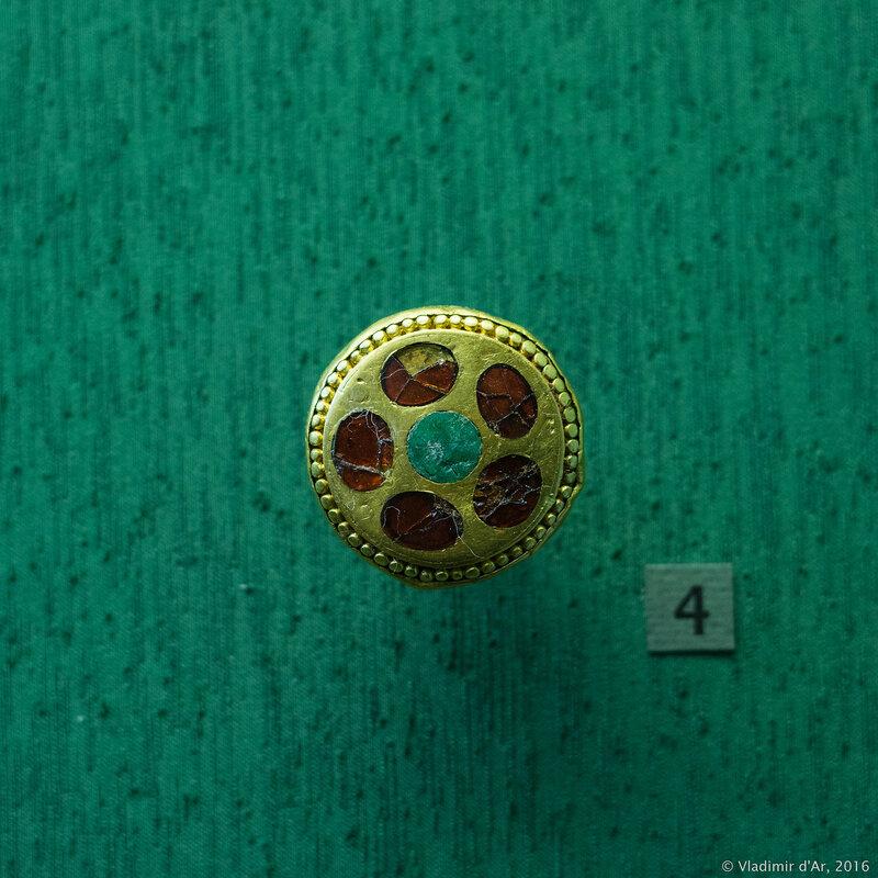 Навершие рукояти меча. IV-V вв. Золото, бронза, камень или стекло.