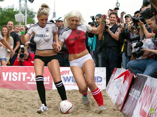 Дания - Германия / порноактрисы играют в футбол