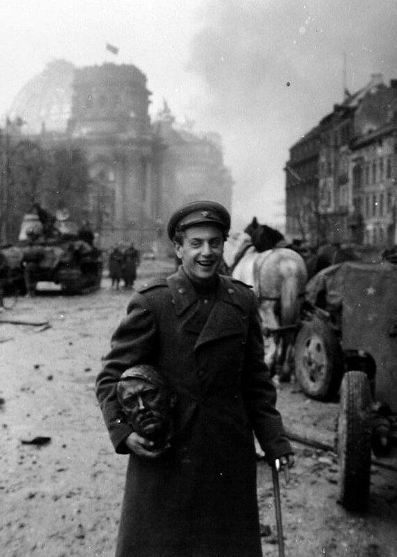 Евгений Халдей. Поэт Евгений Долматовский с головой Гитлера. Берлин, май, 1945.jpg