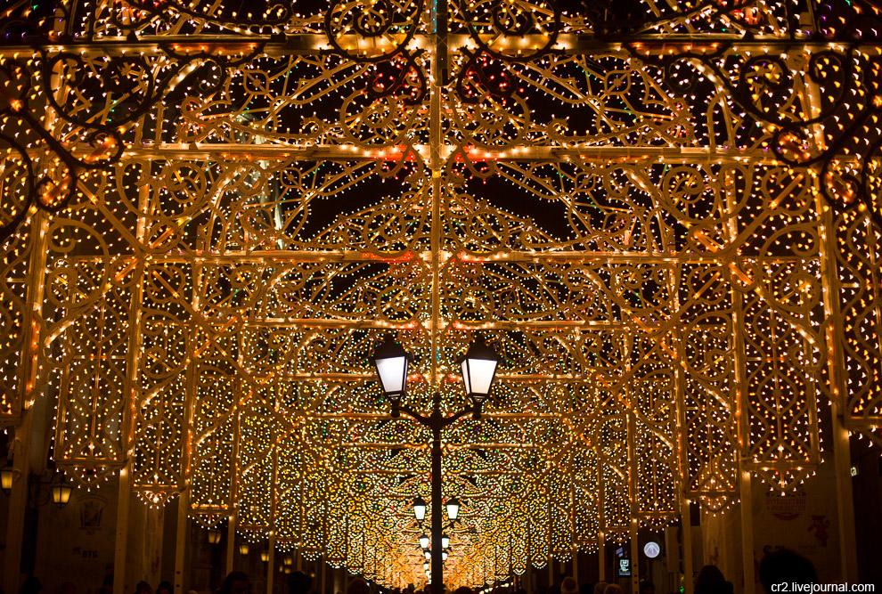 5. Вся улица превращена в праздничный световой коридор. Правда со стороны Лубянки украшения смо