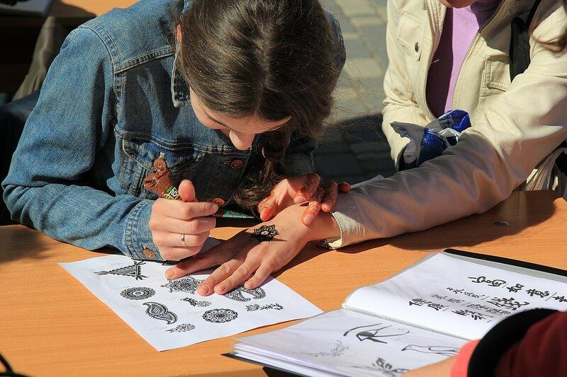 Временные татуировки хной - «Вятский Арбат» в день города-2015 на пешеходной улице Спасской