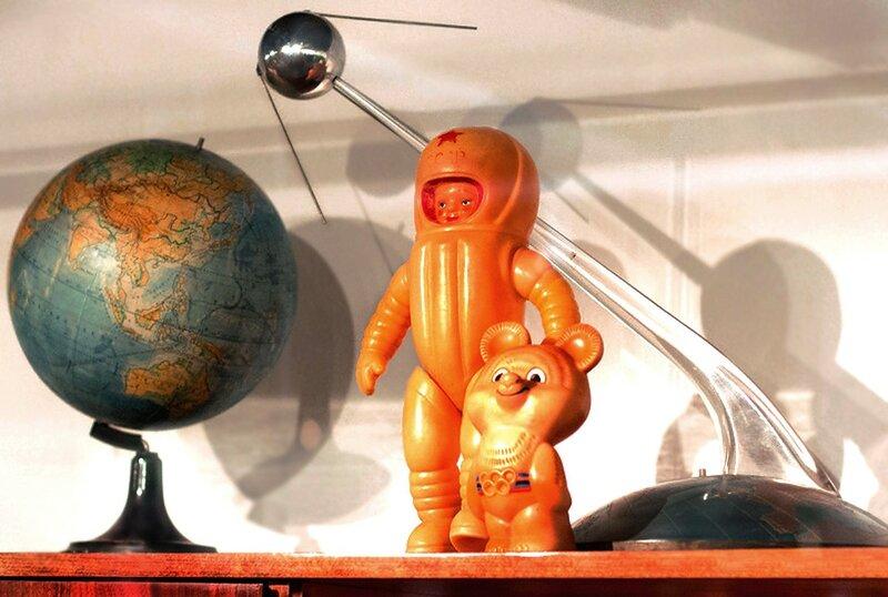 Первый спутник, глобус, космонавт и олимпийский мишка