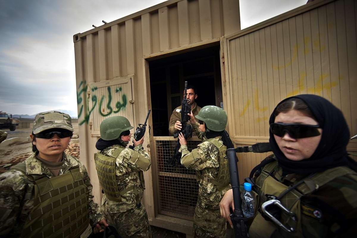 Афганские женщины из спецподразделений МВД Афганистана: картинки из жизни (4)