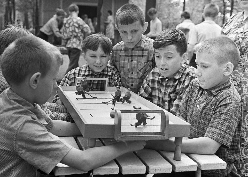 1963. Дети играют на специальной площадке для настольных игр в парке Горькогого