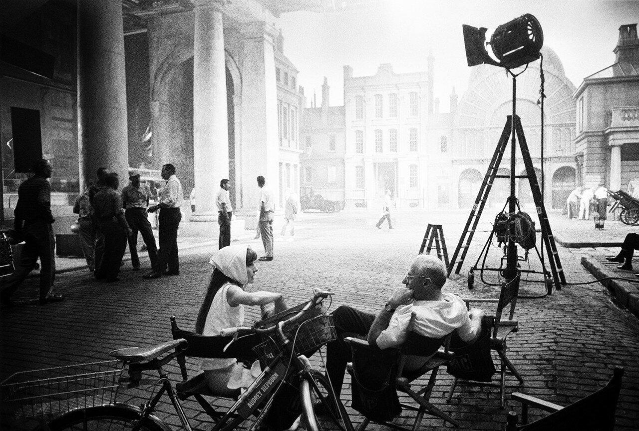 1963. Одри Хепберн и режиссер Джордж Кьюкор беседуют в конце съемочного дня во время съемок фильма «Моя прекрасная леди»