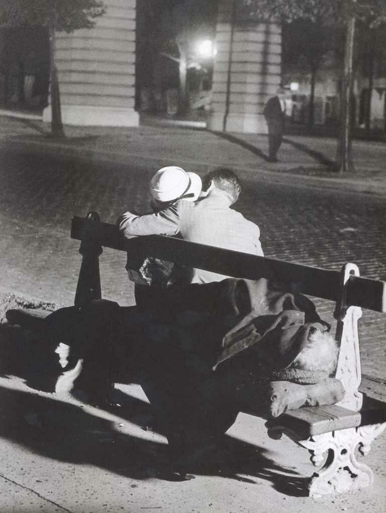 1932. Пара влюбленных и бродяга на скамейке